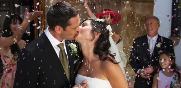 noivos-se-beijam-durante-casamento